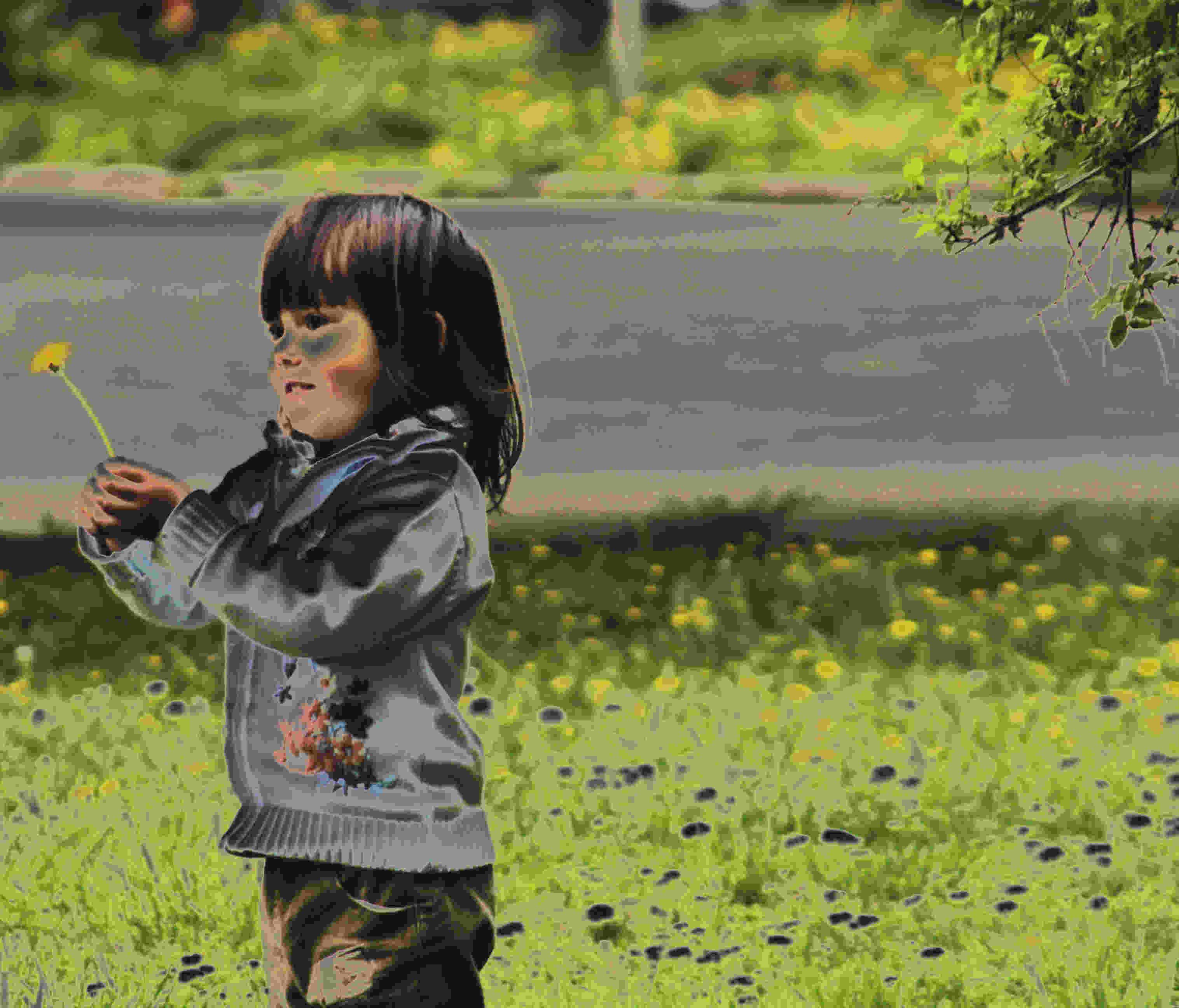 Petite fille avec une fleur
